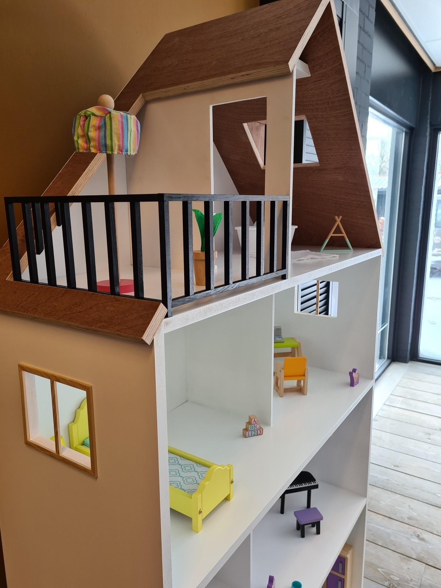 Barbiehuis met ramen, dakterras en dakkapel-2