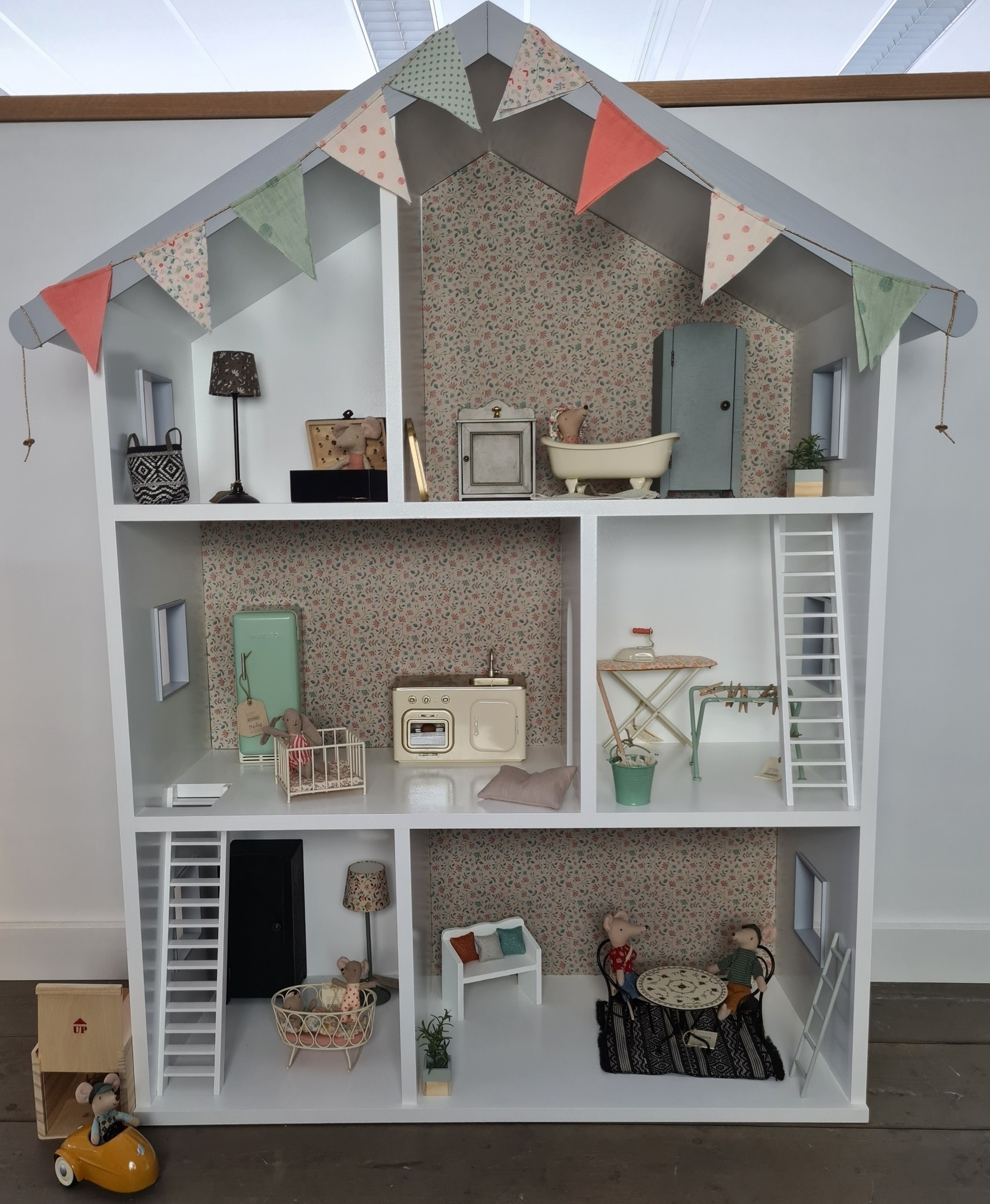 Maileg dollhouse with stairs and wallpaper-2