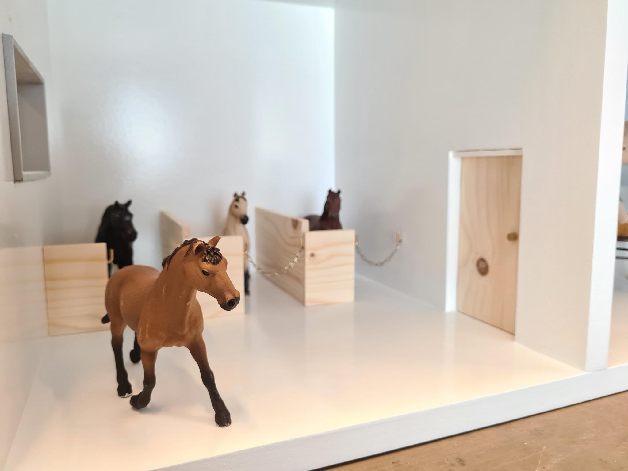 Poppenhuis met aanbouw met veranda en paarden stalletjes-3