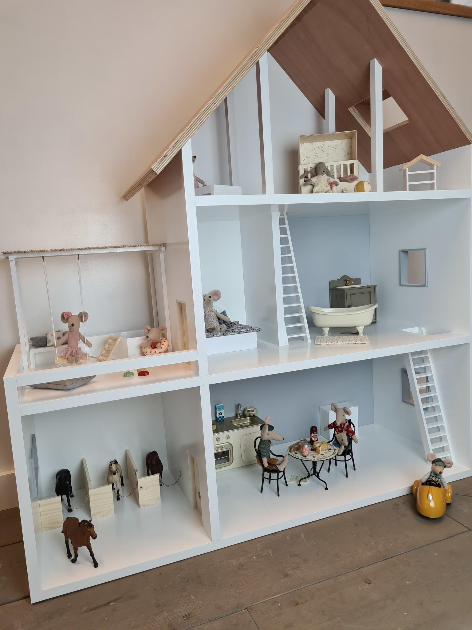 Poppenhuis met aanbouw met veranda en paarden stalletjes-8