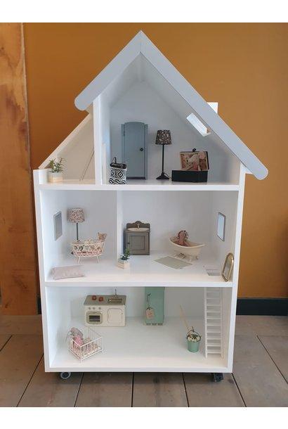 Maatwerk Emma poppenhuis met ramen, trap en daklijst