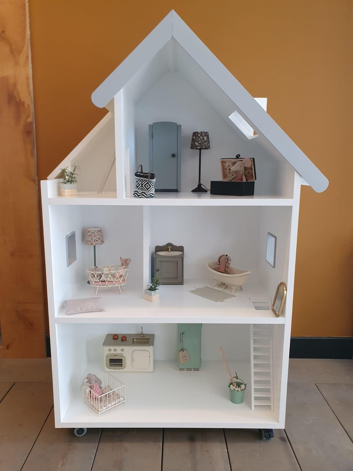 Maatwerk Emma poppenhuis met ramen, trap en daklijst-1
