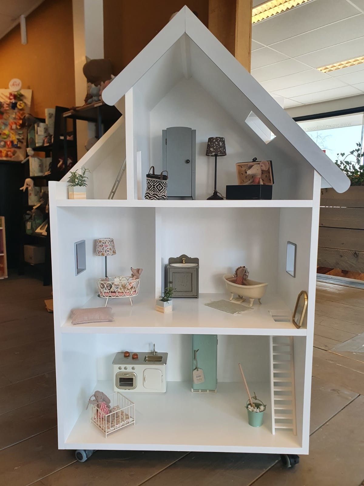 Maatwerk Emma poppenhuis met ramen, trap en daklijst-2