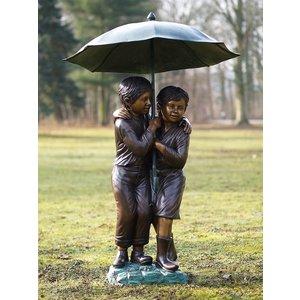 Eliassen Skulptur große Bronzekinder unter Regenschirm