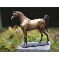 Beeld brons paard met staart omhoog