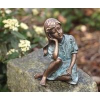 Beeld brons meisje met hand onder gezicht