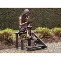 Beeld brons meisje op trap