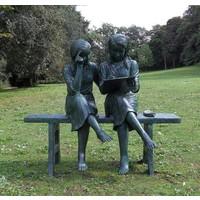 Beeld brons 2 meisjes op bank