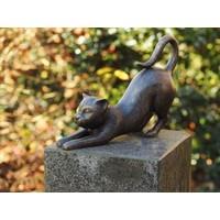 Beeld brons kat met gestrekte voorpoten