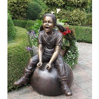 Beeld brons meisje op bal