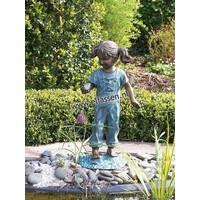 Beeld brons meisje met vogel in haar hand