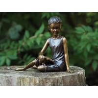 Bronzen beeld zittend lezend meisje