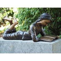Bronzen beeld liggend lezend meisje