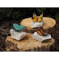 Gekleurde vlinder op steen brons