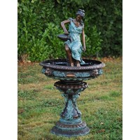 Bronzen vrouw met kruik fontein