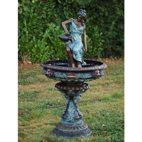 Eliassen Bronzefrau mit Krug Brunnen