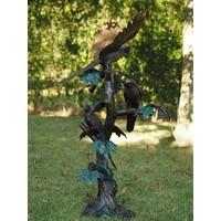 Bronzen papegaaien op een boom