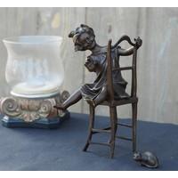 Bild Bronzemädchen auf Stuhl