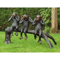 Bronzen aapjes op boomstronk