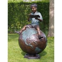 Bronzen jongen op wereldbol