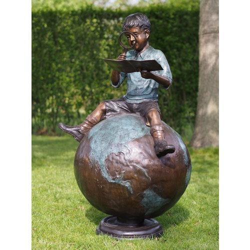 Eliassen Bronzen jongen op wereldbol