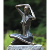 Beeld brons kleine zittende vrouw