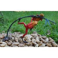 Bronzen beeld twee rode kikkers aan een twijg