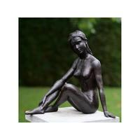 Bronzestatue, die nackt sitzt