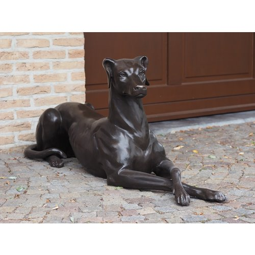 Bronzen liggende hond links