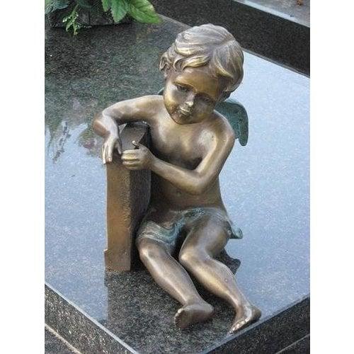 Eliassen Grab kleiner Engel sitzend Bronze