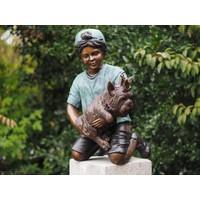 bronzen jongen met hond op boom