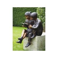 Bronzen lezende kinderen