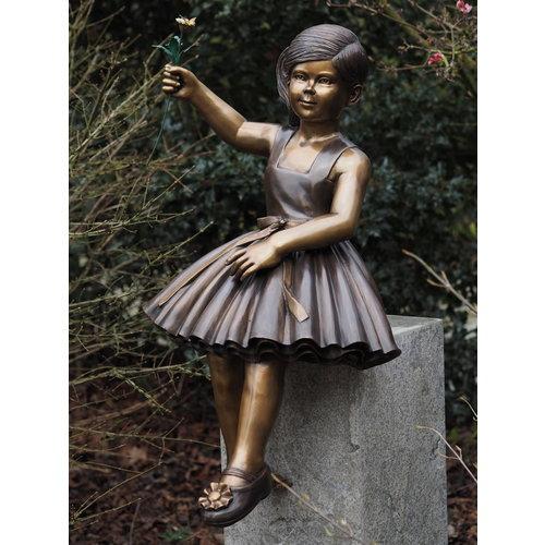 Bronzen meisje met bloem