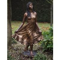 Beeld brons meisje die jurk vasthoudt