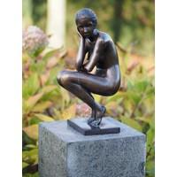 Beeld brons gehurkte vrouw