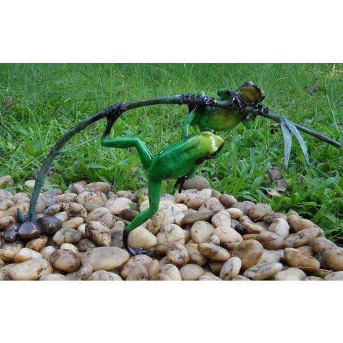Eliassen Bronzen beeld twee groene kikkers aan een twijg