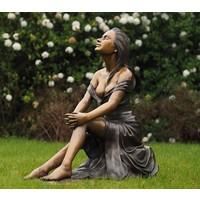 Beeld brons Zittende vrouw