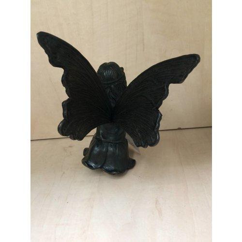 Eliassen Elfje zittend met vlinder