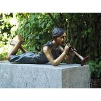 Bronzen beeld liggend meisje met fluit