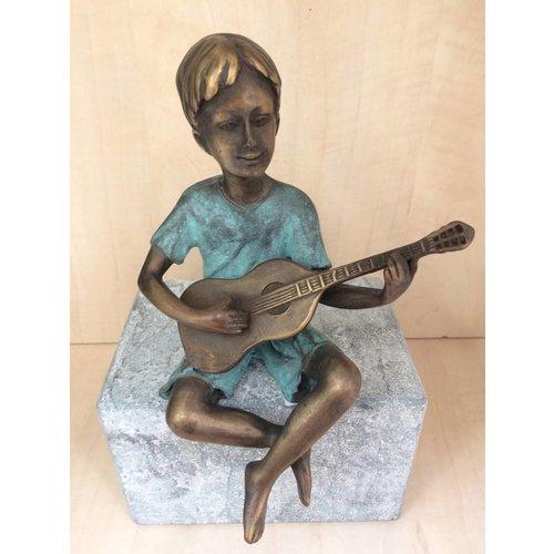 Eliassen Beeld brons jongen met gitaar