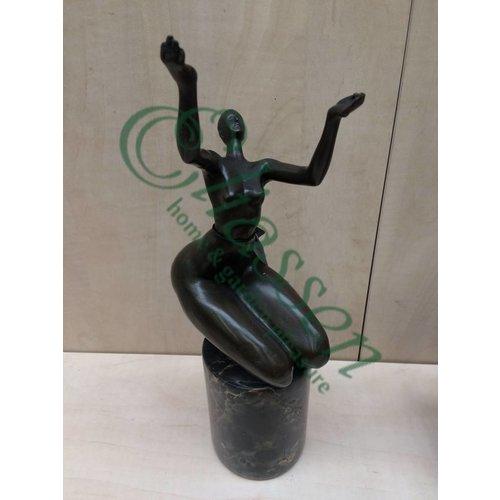 Bronze Thick Frau Arme nach oben