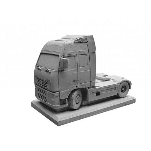 Eliassen betonnen Volvo met trailer als bloembak