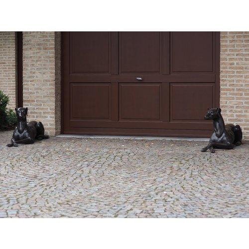 Bronzen liggende hond rechts