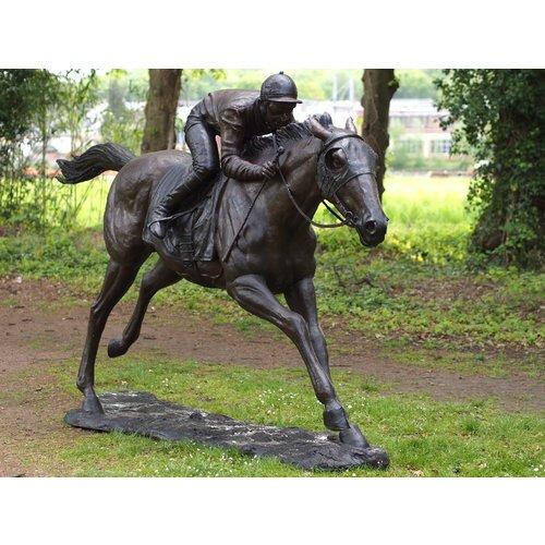 Bronzen jockey op een paard