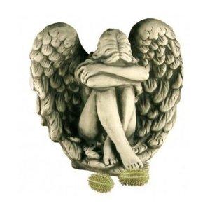 Skulpturstein Engel, der in den Flügeln sitzt