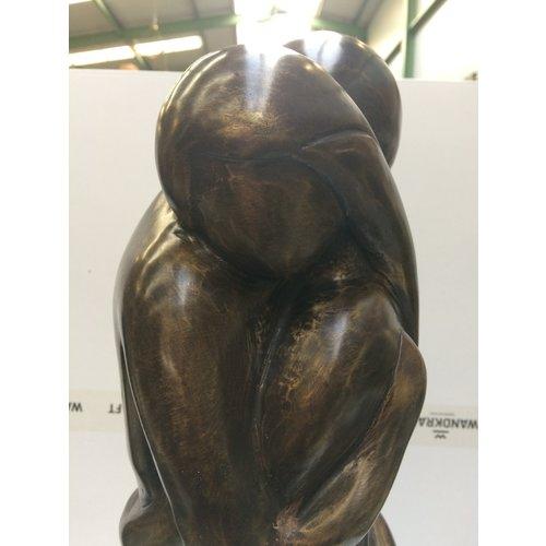 Umarmung der Bronzeskulptur
