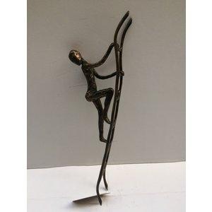 Bronzen man op ladder 2