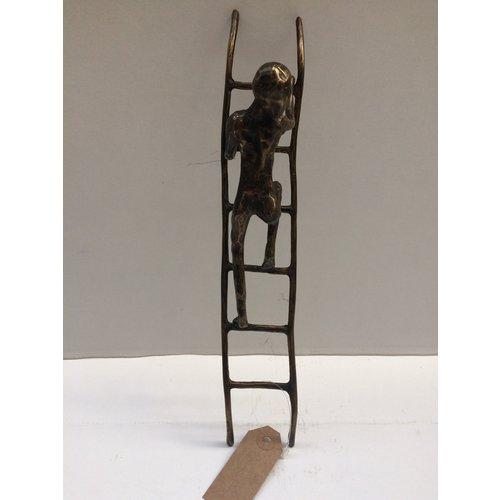 Bronzemann auf Leiter 2