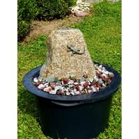 Steinbrunnen mit Eidechse