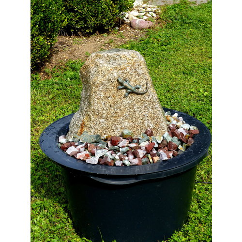 Stone fountain set with lizard